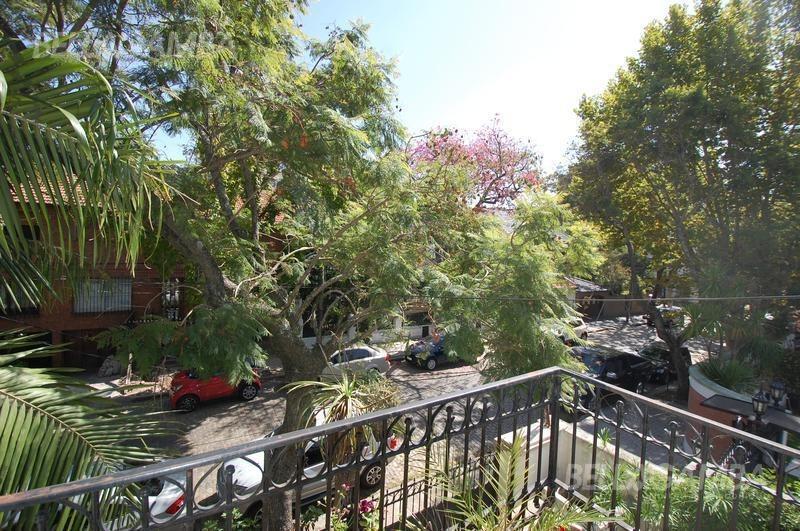 impecable chalet inglés en inmejorable ubicación. jardín y pileta.