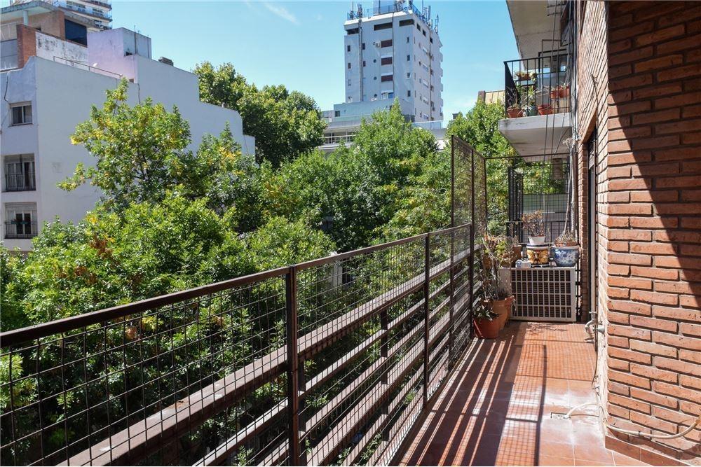 impecable duplex ,con balcón y dos cocheras.