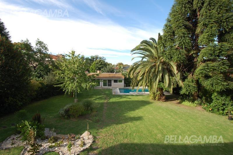 impecable residencia de estilo normando excelente jardín. ubicada en florida