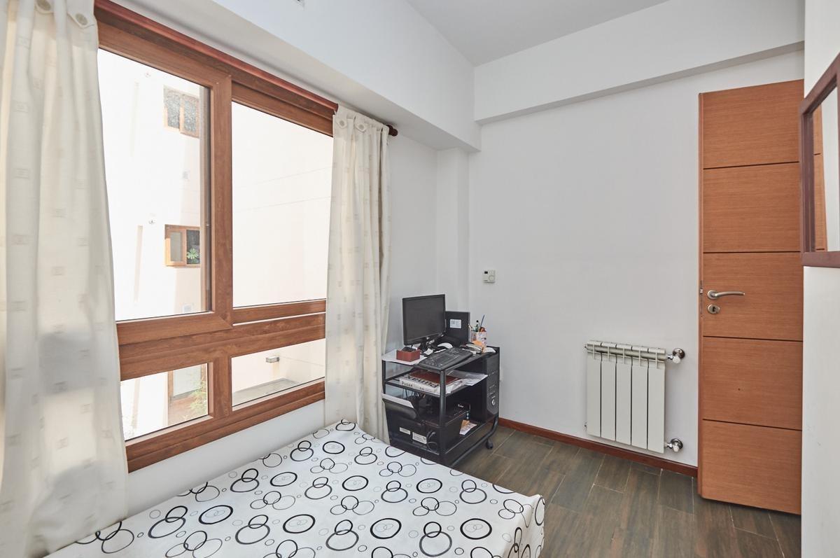 impecable semipiso 3 amb con balcón cochera fija y cubierta