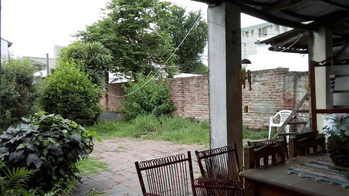 imperdible ph 2 ambientes a modernizar con jardín lote 127m²