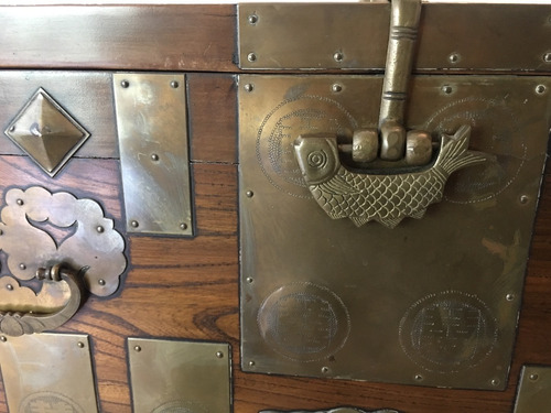 imponente baúl antiguo con chapas de bronce