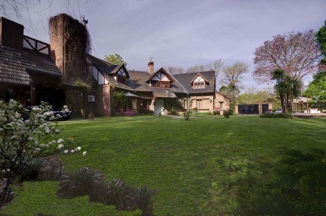 imponente casa estilo normando. estado inmejorable.