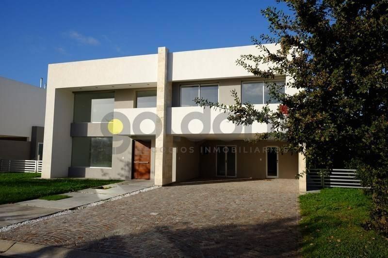 imponente propiedad de moderno diseño en 2 plantas con piscina
