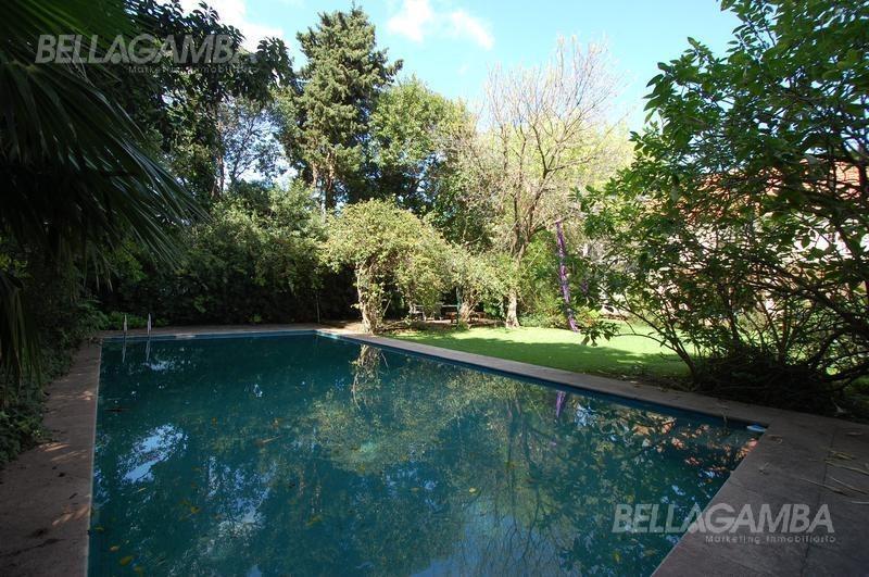 imponente residencia en la mejor cuadra de vte lópez. hermoso parque y pulmón de manzana.