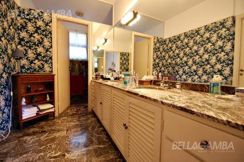 importante casa de estilo clásico  excelente detalles de calidad