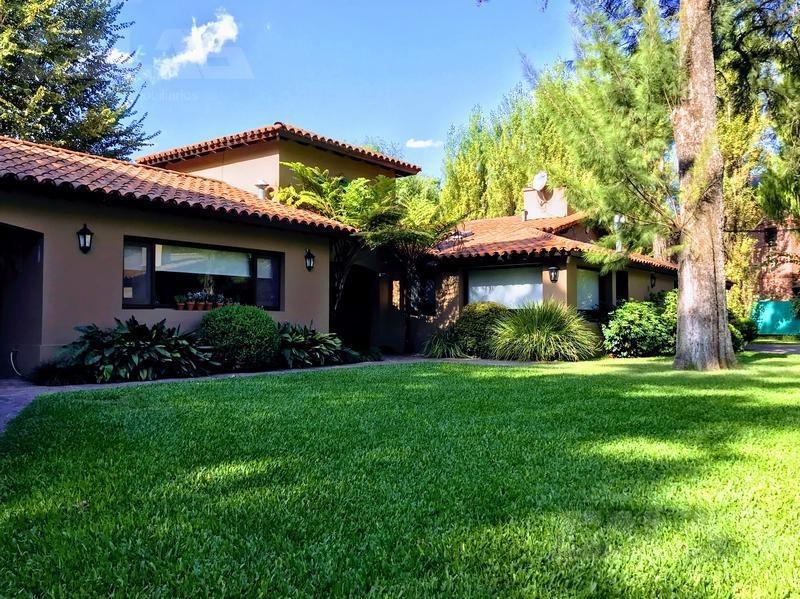 importante casa quinta de 2560 m2 de de terreno, situada en el corazón de parque leloir con 336m2 cubiertos de excelente edificación!!!
