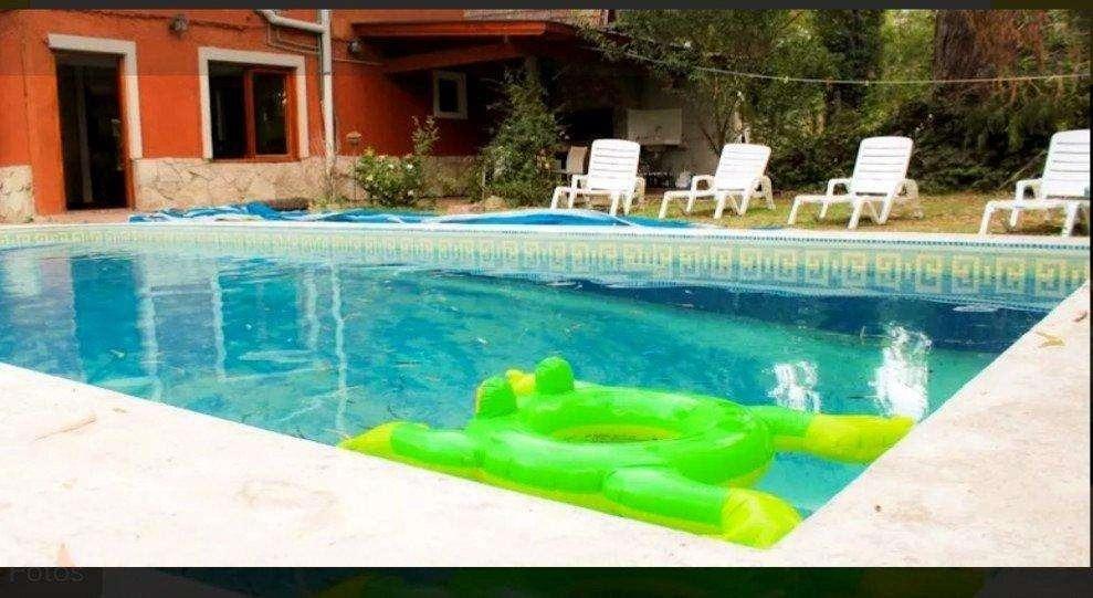 importante chalet de 4 ambientes  construido sobre lote de  15 x 30 con quincho, piscina y gran parque!!