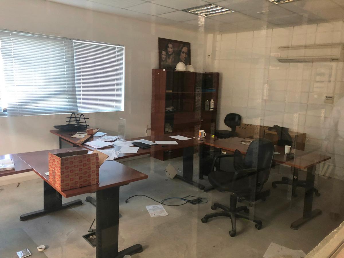 importante depósito con oficinas
