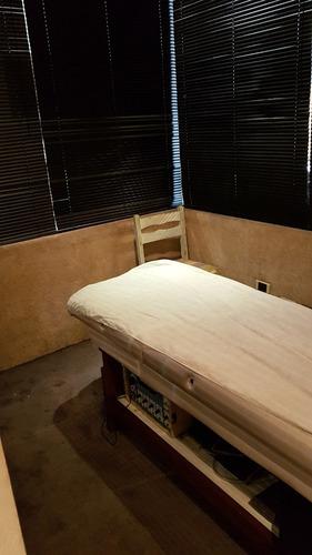 importante local comercial de 75 m2 con baño y privados.