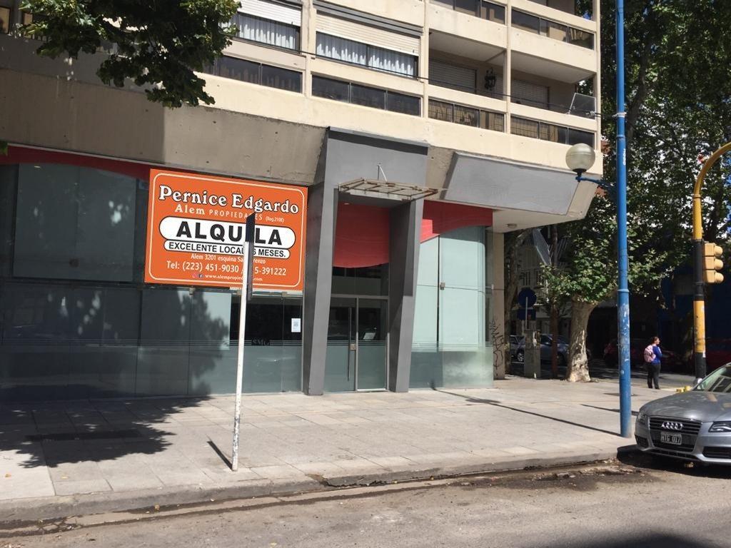 importante local sobre avenida colon- sala de reuniones- privados- sanitarios y office.