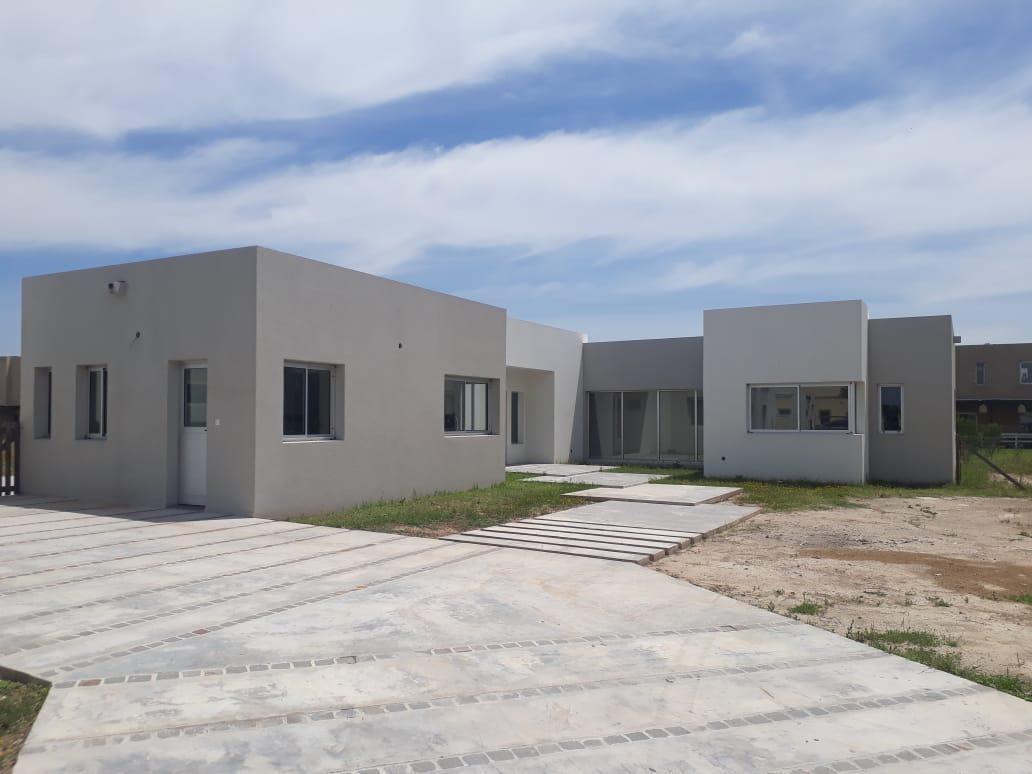 importante propiedad a estrenar sobre lote de 1300 mts. en barrio san rafael. villanueva