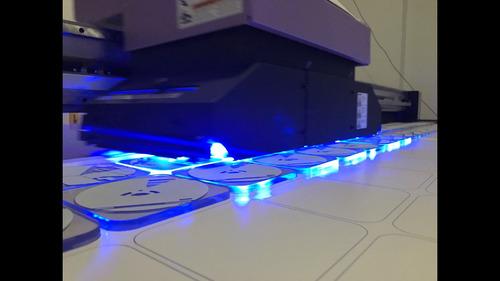 impresión cama plana sobre rigidos con tintas uv con blanco