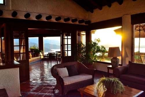 incomparable casa típica, con espectacular vista al lago y pueblo.