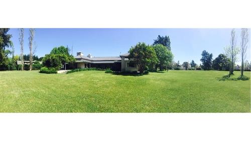 increible casa en farm club sobre lote central de 4.398 mts