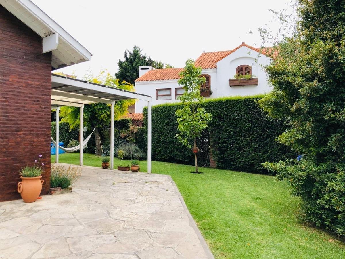 increible chalet 5 ambientes con cochera y parque en pinos de anchorena en venta!