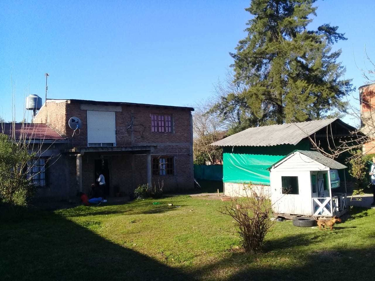 increible propiedad con 2 plantas y un inmenso patio