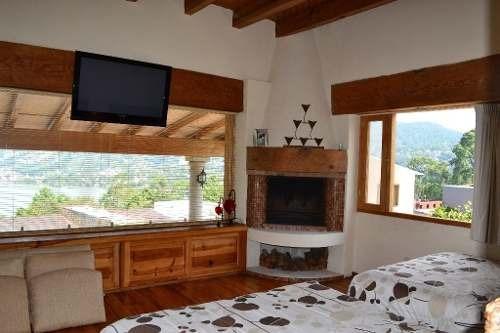 inigualable residencia con extraordinaria vista al lago y pueblo.
