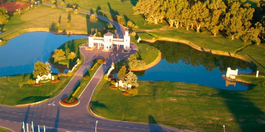 inmejorable lote fondo golf en country de canning