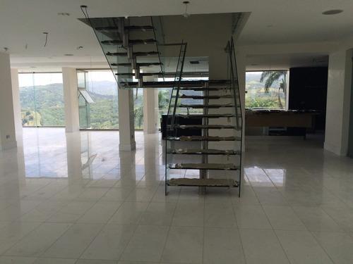 instalación de acero inoxidable, aluminio y vidrio.
