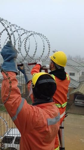 instalación de alambre de seguridad concertina