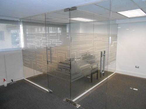 instalación de vinil, acrilicos, vallas, microperforado.