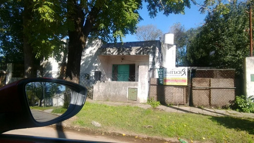 interesante casa con galpon en lonchamps