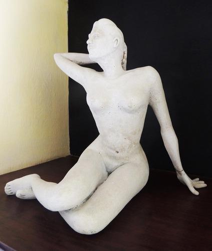j. maciel - escultura mármore - mulher com a mão no cabelo