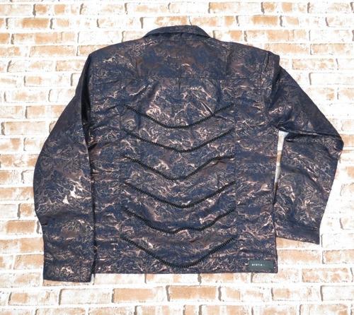 jaqueta metalizada roxa com correntes
