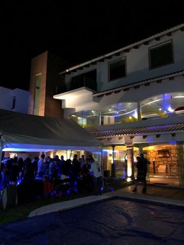 jardín con alberca y bar para eventos