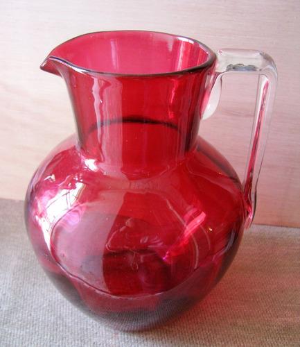 jarra antigua vidrio color rubi altura 17 cms.