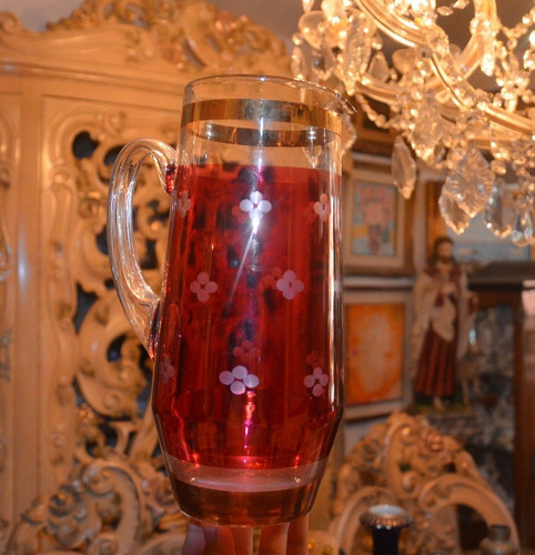jarra de cristal con tres vasos.