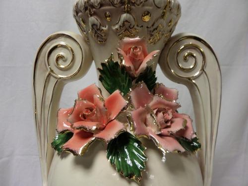 jarron con azas bolutas y flores loza