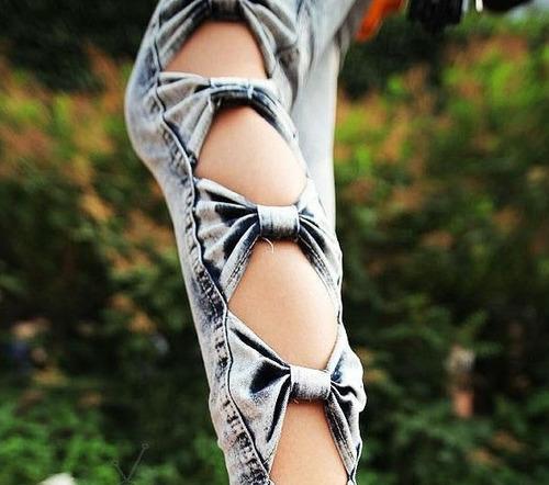 jeans pitillo elasticado con lazos humitas en las piernas