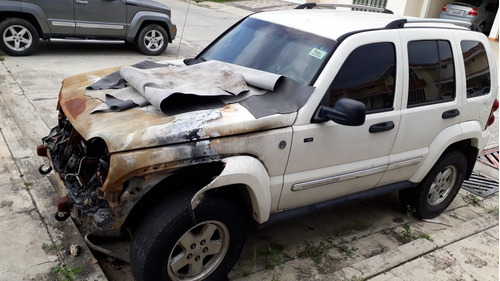 jeep liberty 4x4 incendiada