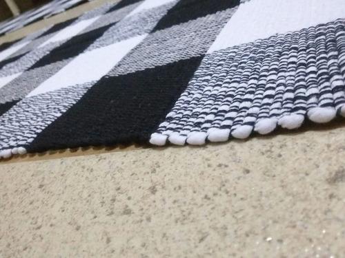 jg. de cozinha preto e branco.uma passadeira e dois tapetes