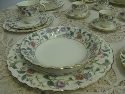 jogo de porcelana noritake, estilo provençal, bordas de ouro