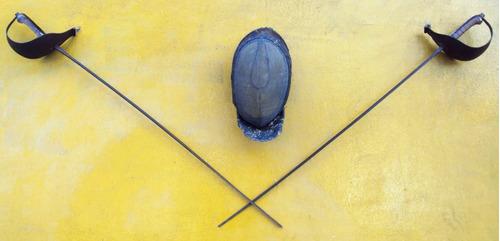 jogo duas espadas e uma máscara de esgrima antigas em ferro