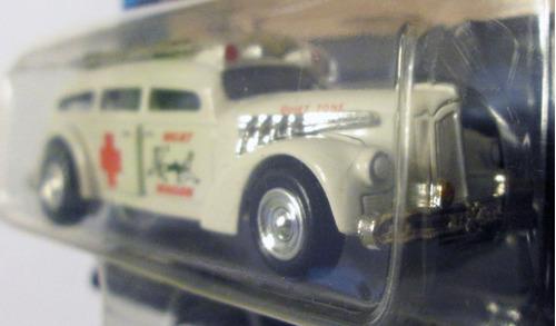 johnny lightning, ambulancia - meat wagon, escala 1/64.