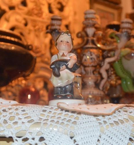 joven de porcelana en miniatura