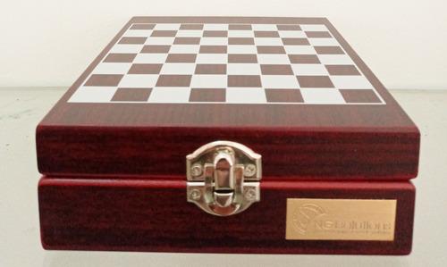 juego de ajedrez con estuche d madera y set descorche vinos