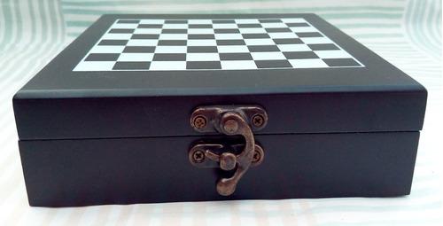 juego de ajedrez con kit para abrir botellas de vino.