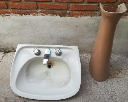 juego de baño marrón, pileta y bidet