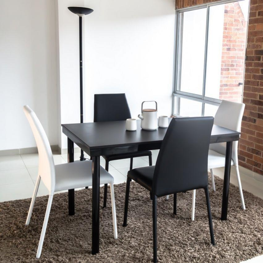 Juego de comedor 4 puestos venecia con sillas negro blanco for Comedor 4 puestos vidrio