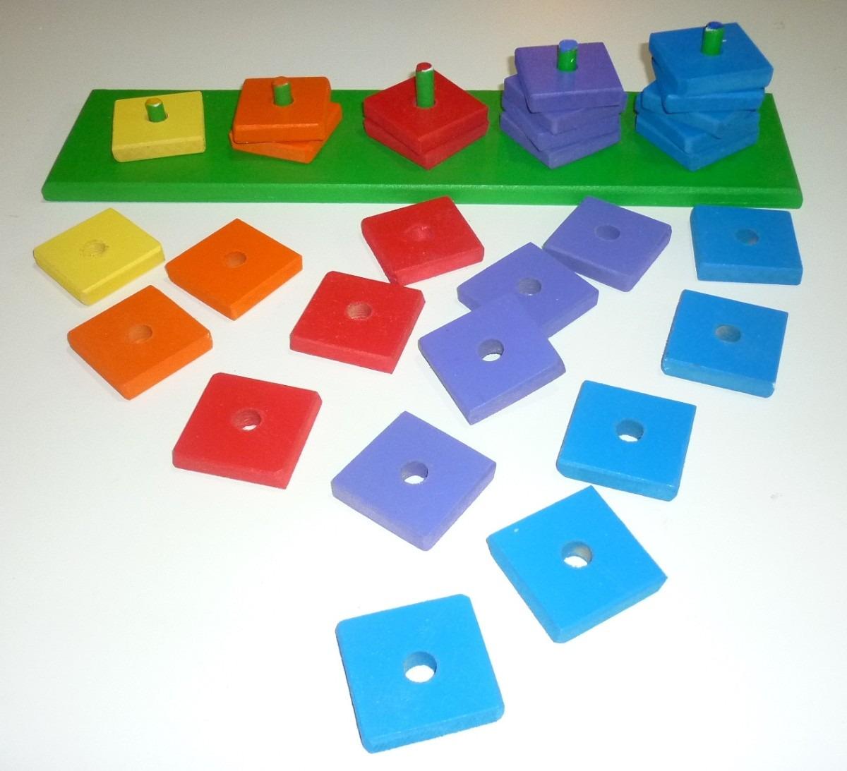 juego de encastre de madera con fichas de colores