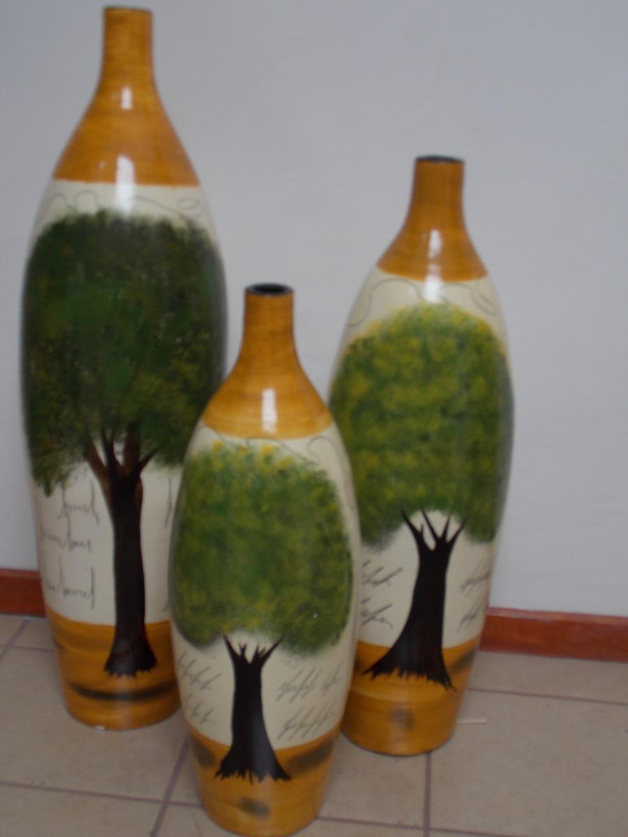 Juego de jarrones de barro con rbol verde en for Disenos de jarrones