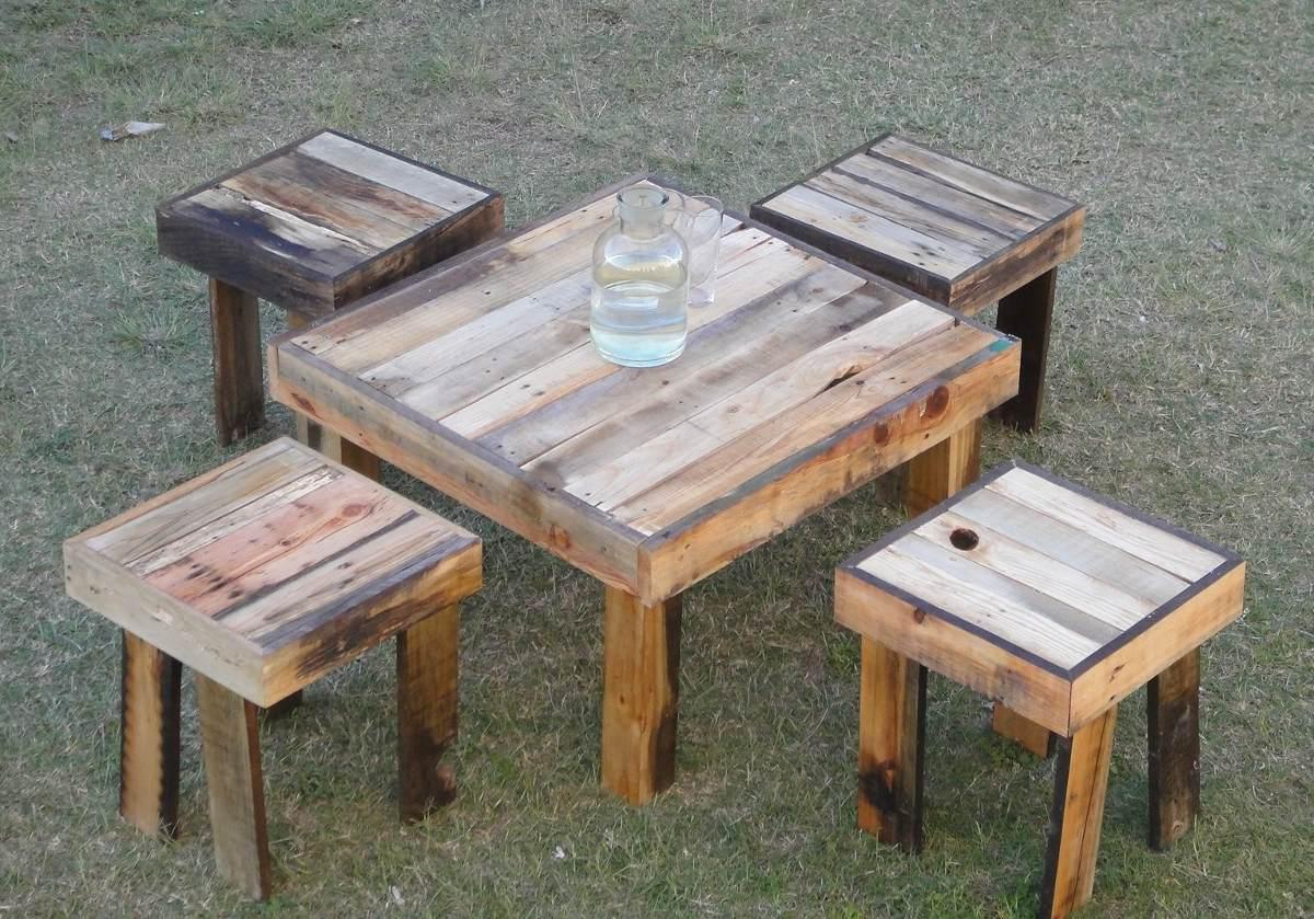 Juego de mesa de jardin de tarimas y madera reciclada for Mesa banco madera jardin