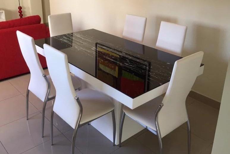 Juegos de mesa y sillas modernos for Mesas de comedor de vidrio modernas