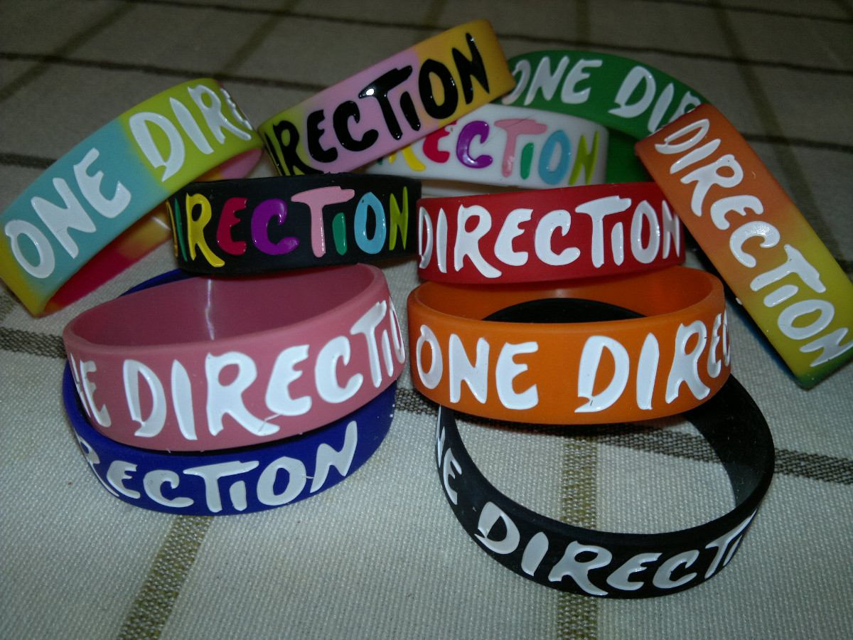 juego de pulseras one direction 1 d modelos 2012 2013 en mercado libre. Black Bedroom Furniture Sets. Home Design Ideas