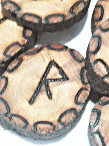 juego de runas vikingas ritual antiguo en madera de mezquite